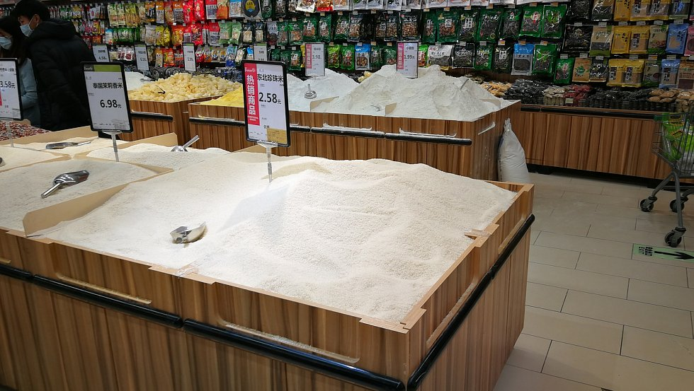 Rýže a mouka na váhu v obchodě v Chengdu.