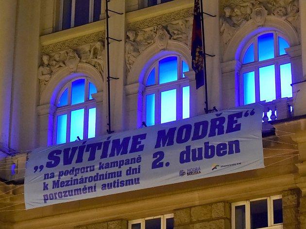 Modrá barva v neděli po setmění ozářila okna jihomoravského krajského úřadu na Žerotínově náměstí v Brně. Úřad se připojil ke čtvrtému ročníku projektu Česko svítí modře, který v České republice pořádá nadace Naděje pro autismus.
