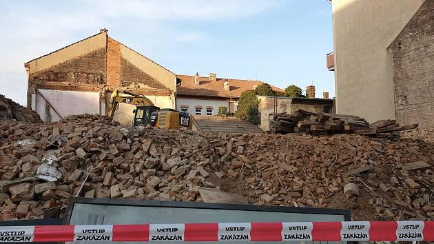 Na rohu ulic Štefánikova a Rybníček bourají stavební stroje dlouhodobě chátrající dům. Místo ní vyroste pětipodlažní budova s jednadvaceti byty, pět z nich bude bezbariérových.