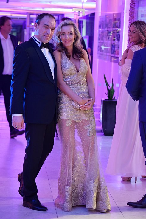 Na návštěvníky plesu v hotelu International čekaly hvězdy večera jako je Tomáš Matonoha, Ewa Farná a Leona Machálková.