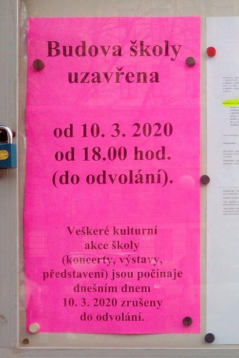 Oznámení o uzavření Základní umělecké školy Jaroslava Kvapila na třídě Kapitána Jaroše v Brně kvůli koronaviru.