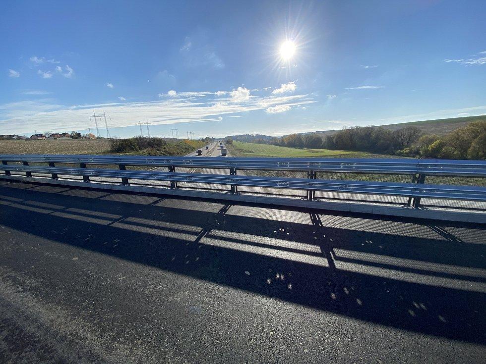 Část dálnice D1 se o víkendu uzavře. Stavaři tam totiž rozmontují provizorní most mezi Domašovem a Javůrkem na Brněnsku.