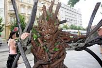 Na lepší hospodaření s dřevem apeluje nevládní organizace FSC po celém světě. V úterý se snažila zapůsobit i na brněnské obyvatele. Pro přilákání více pozornosti měl další z organizátorů na sobě kostým stromu.