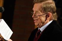 Václav Havel při četbě své hry Odcházení v divadle Husa na provázku v Brně.