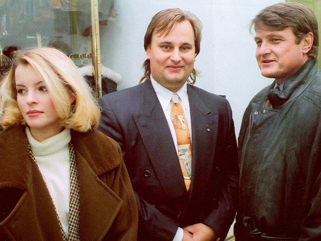 Podnikatel Rudolf Hošna se v roce 1994 znal s řadou umělců (na snímku vlevo s Ivetou Bartošovou a Ladislavem Štaidlem).