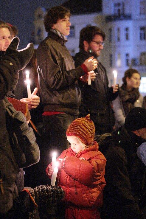 Připomínka výročí sedmnáctého listopadu na Dominikánském náměstí v Brně.
