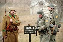 Diváci se společně s vojáky v uniformách ocitají o jedenasedmdesát let zpátky na bitevním poli nedaleko maďarského města Kapošvár. Stejně jako tehdy se střetli vojáci nacistického Německa s podporou Maďarů s Rudou armádou.