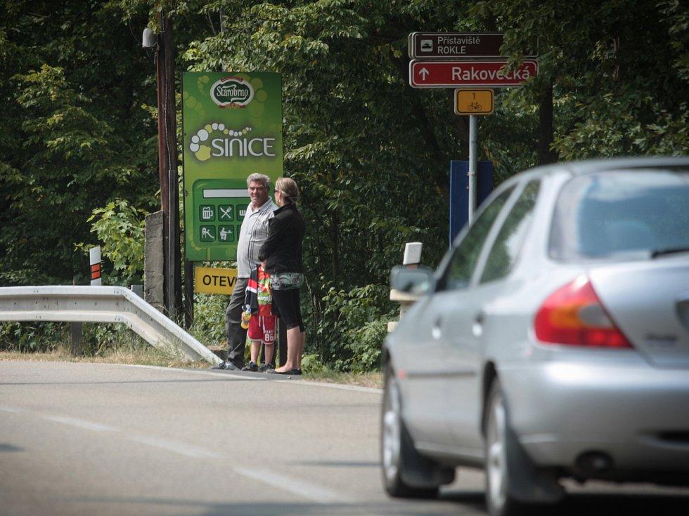 Na frekventované silnici u Brněnské přehrady se potkávají auta, cyklisté i chodci.