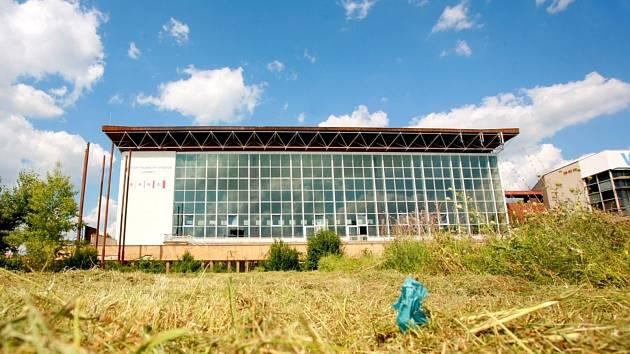 Čekání na investora. Prostor mezi fotbalovým a plaveckým stadionem má v budoucnu zaplnit velký akvapark.
