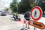 Řidiči a hlavně chodci pocítí od pondělí další omezení dopravy na Žerotínově a Moravském náměstí v centru Brna, kde pokračují stavební práce. Částečné uzavírky potrvají do konce srpna.