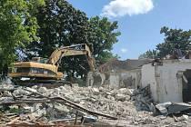 Za první měsíc bouracích prací poslaly stavební stroje k zemi 6 budov, které musí ustoupit stavbě multifunkční haly na brněnském výstavišti.