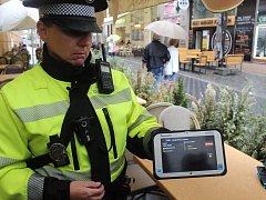 Strážníci kontrolují vjezd aut do ulic, kde od prvního září platí systém rezidentního parkování. Využívají u toho tablet se speciální aplikací.