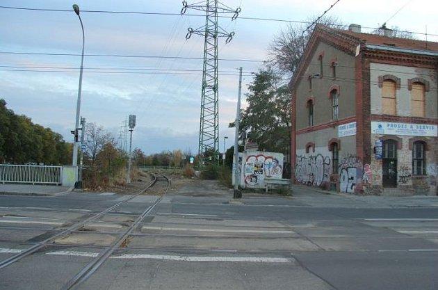 Brno, Křenová ulice, umostu přes řeku Svitavu. Místo, kde zatím neznámý muž přepadl ženu a dožadoval se orálního sexu.