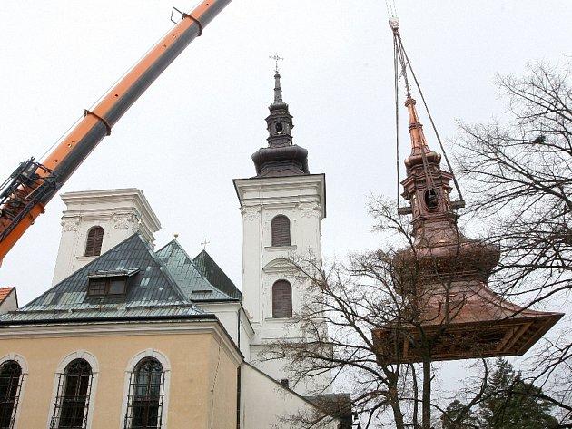 Instalace nové báně na kostel ve Vranově u Brna.