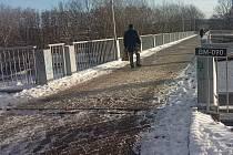 Lávka mezi Laštůvkovou a Kubíčkovou ulicí v brněnské Bystrci občas nebezpečně namrzá.