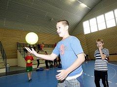 Novou halu v pátek slavnostně otevřeli maloměřičtí sokoli. Žáci místní základní školy Hamry předvedli hostům i třem stovkám spolužáků ukázky volejbalu, florbalu a gymnastiky.