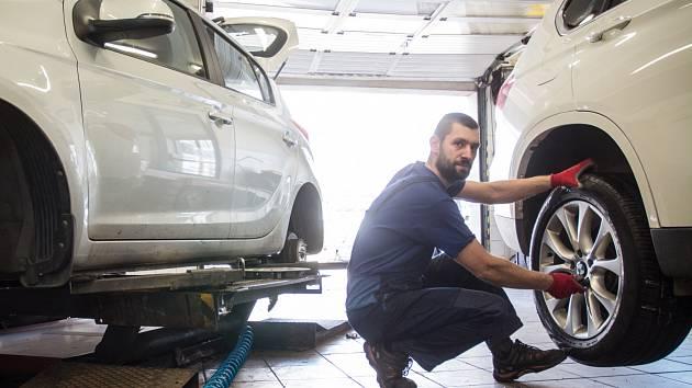 Motoristé se chystají na léto a přezouvají pneumatiky.