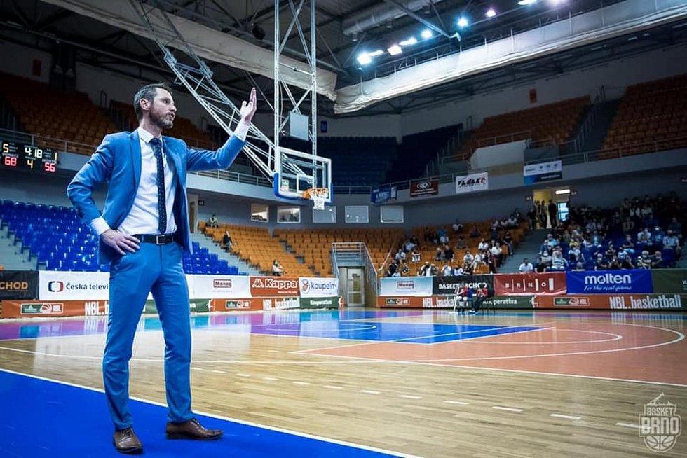 Trenér Basketu Lubomír Růžička diriguje své hráče na hřišti.