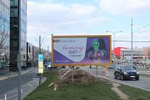 Kolem silnice u Nemocnice Bohunice je mnoho billboardů. Místní si stěžují, že jeden z nich je zde načerno.