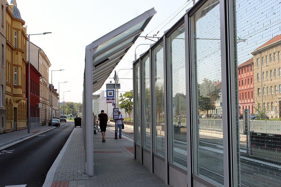 Nově opravenou Plotní a Svatopetrskou ulicí jezdí tramvaje od začátku července. Už dřív se staly terčem kritiky protihlukové stěny.