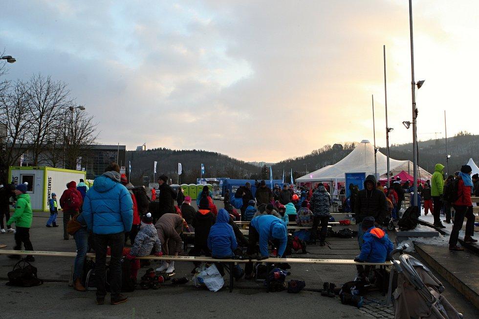 Nad Brnem se snáší pomalu tma, návštěvníků na Olympijském festivalu ale neubývá.