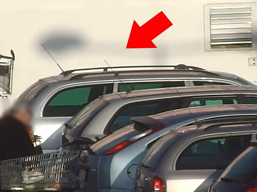 Do třech aut zaparkovaných na parkovišti u obchodního centra ve Sportovní ulici v Brně se vloupali muži.