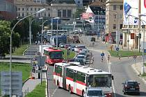 Kvůli zdržením s přeložkou kolejí do Plotní ulice město opravuje stávající trať. Zavře kvůli tomu Dornych.