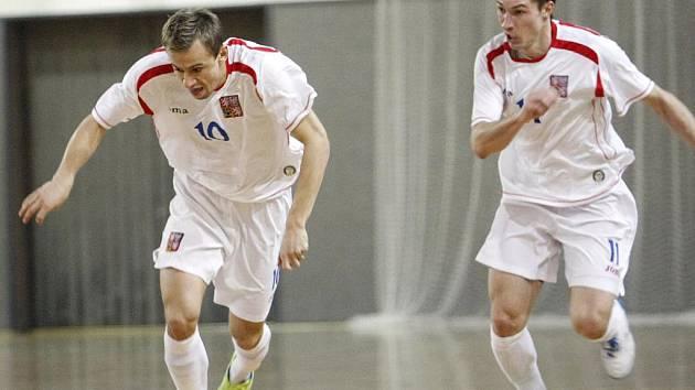 Futsalista brněnského Tanga Michal Belej (vpravo) v dresu české reprezentace.