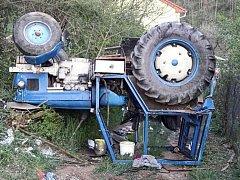 Převrácený traktor zranil řidiče při nehodě ve středu večer v Moravských Bránicích na Brněnsku.