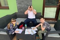 Brokový střelec Jiří Lipták si láme hlavu nad učením s dcerou Karolínou a synem Danielem.