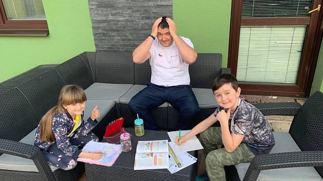 Střelec Lipták odpouští při domácí výuce krasopis, syn ho chválil ve slohovce