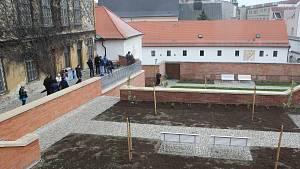 V úterý zástupci města a řádu Kapucínů otevřeli a pokřtili nově opravené zahrady pod Petrovem.