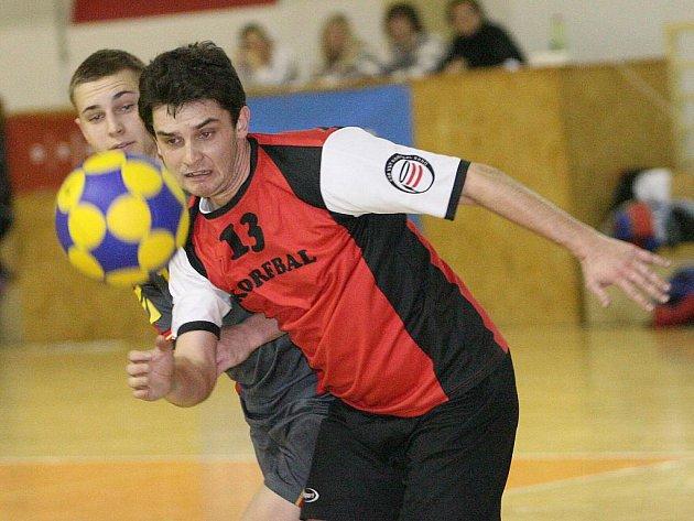 Bušík (v červeném) - korfbal Brno.