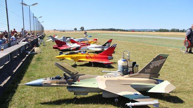 Nad Ivančicemi na Brněnsku v sobotu létaly tři desítky modelů letadel za několik stovek tisíc korun.
