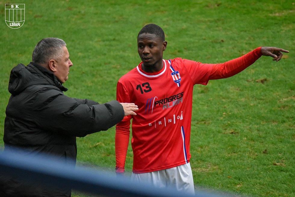 Kouč Milan Valachovič uděluje pokyny gabonskému fotbalistovi Elekanovi při utkání si Zlínem.