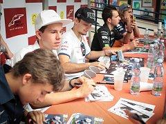 Rozdávali podpisy i omalovánky. Pět českých motocyklistů, kteří už tento víkend závodí na Masarykově okruhu, navštívilo Dětskou nemocnici v Brně.