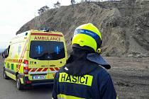 Vrtulník s leteckými záchranáři musel v sobotu před čtvrtou hodinou odpoledne vyrazit k mladému muži, který spadl ze skály v Brně. K lomu v Hádech kvůli tomu vyrazili i hasiči a policisté.
