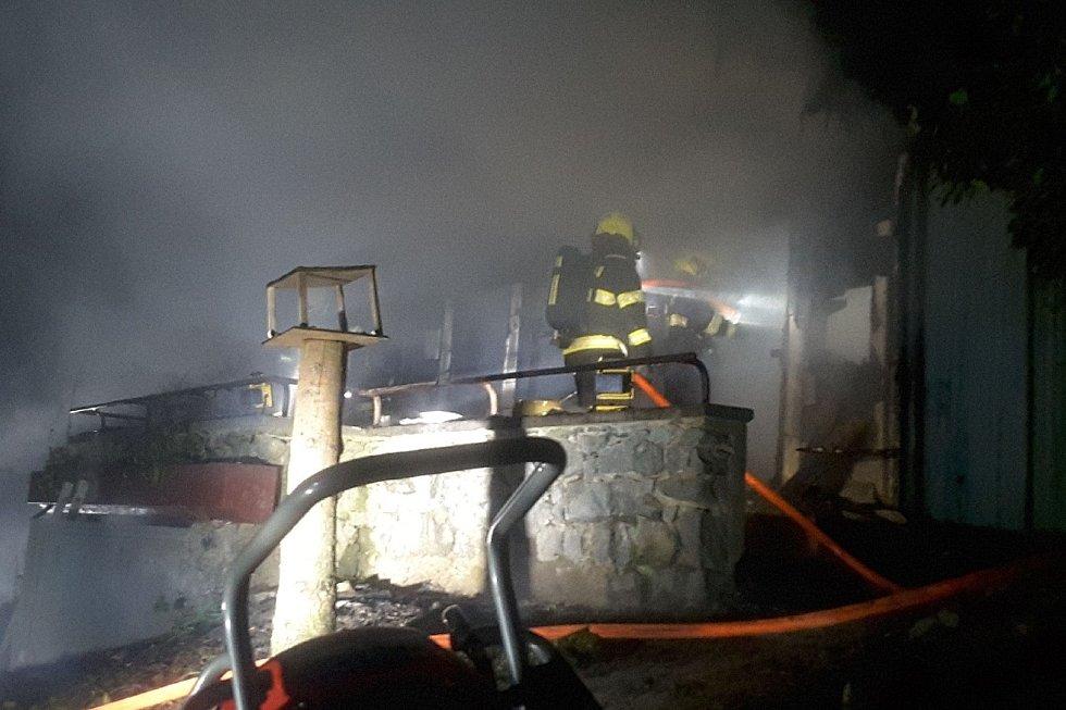 Člověka bez známek života našli jihomoravští hasiči při požáru chatky v brněnských Kníničkách.