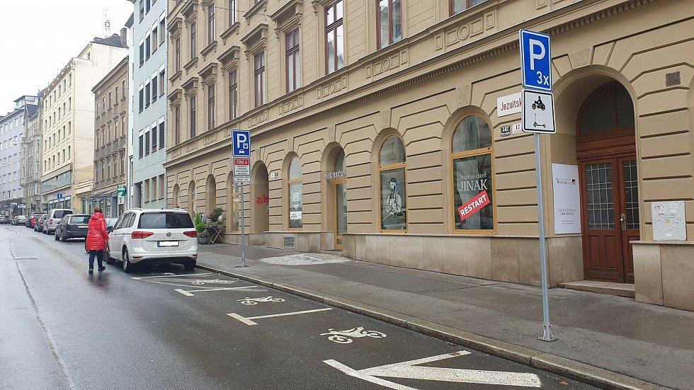 Brno ulice Jezuitská - parkovací místa pro motocykly a koloběžky