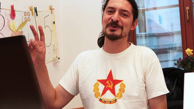 Tričko s rudou hvězdou, kladivem a srpem oblékl v pátek člen volební komise v brněnské Staré ulici. Protože svým oblečením odkazoval a propagoval komunistickou stranu, vyzval ho tajemník městské části Brno-střed Petr Štika, aby se převlékl.