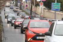 Kolaps. Jedním slovem lze shrnout dopravní situaci v okolí brněnských Pisáreckých tunelů poté, co je silničáři v pátek brzy ráno uzavřeli.