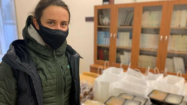Rychlobruslařka Martina Sáblíková předala obědy zdravotníkům ve Fakultní nemocnici u svaté Anny v Brně.