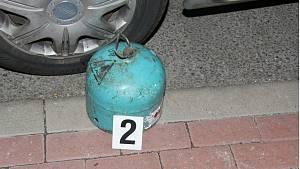 Žena s probanbutanovou lahví poškodila v brněnské Sedlákově ulici tři auta.