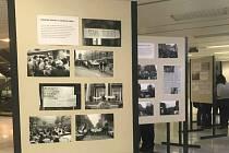 Série čtyřiceti fotografií primáře Tomáše Svobody mapuje listopadové dění v Brně, a to především atmosféru na lékařské fakultě a mezi studenty.