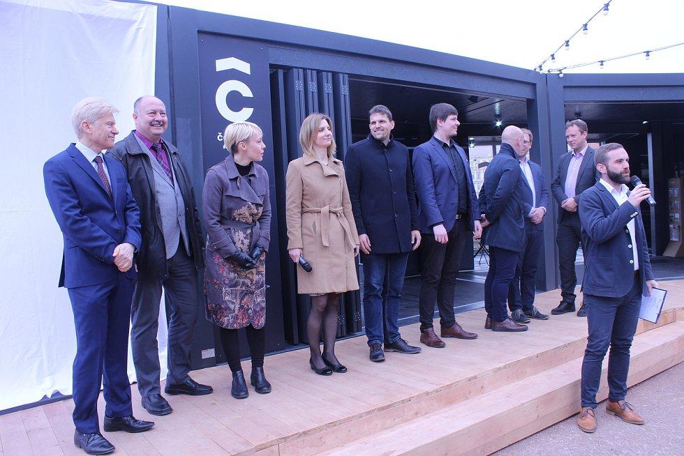 V pondělí se v Brně otevřela cestujícím z dolního nádraží nová čekárna. Najdou v ní internet i elektřinu.
