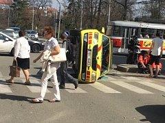 Nešťastně skončila jízda jihomoravských záchranářů v pondělí před druhou hodinou odpoledne. Jejich Škoda Octavia skončila po střetu s jiným osobním autem převrácená na boku v Pionýrské ulici. Tři lidé jsou lehce zranění.