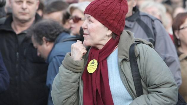 Demonstrace proti vládě v ulicích Brna.