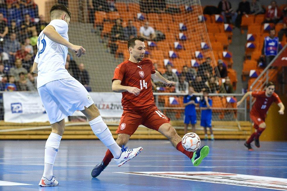 Brno 2.2.2020 - kvalifikační turnaj na futsalové MS 2020 - ČR Jan Janovský (červená) Slovinsko Žiga Čeh (bílá)