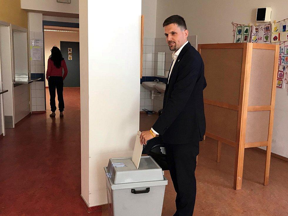 Petr Hladík volí v ZŠ Soběšice (říjen 2018).