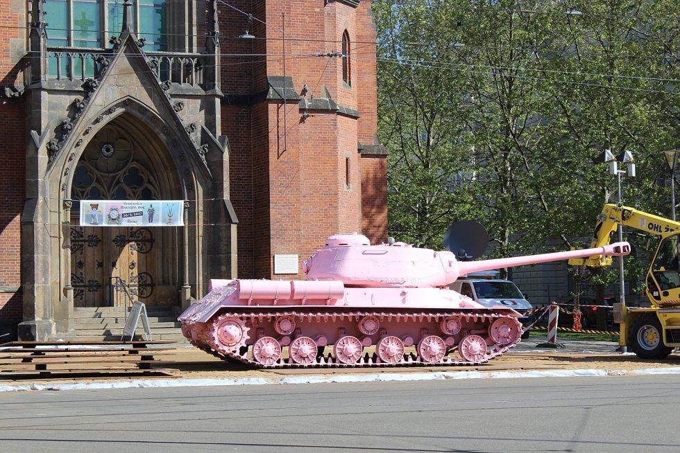 Růžový tank výtvarníka Davida Černého v Brně. Technici jej postavili před Červený kostel na Komenského náměstí. Tank je součástí výstavy Moravské galerie Kmeny 90.